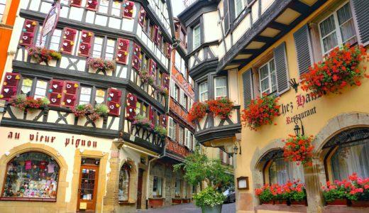 カラフルなハートで彩られた窓のお店 / コルマール / フランスの写真素材