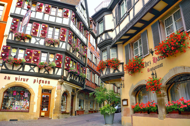 フランス コルマール カラフルなハートで彩られた窓のお店
