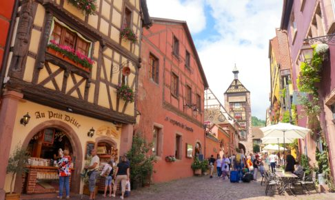 フランス リクヴィルのメインストリートとドルテーの塔