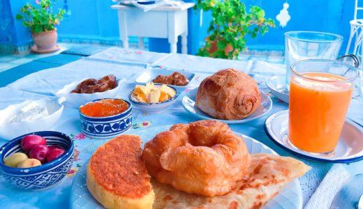 青いテラスと朝食 / シャウエン / モロッコの写真素材