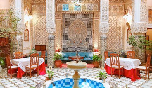 繊細な彫刻が美しい中庭 / フェズ / モロッコの写真素材