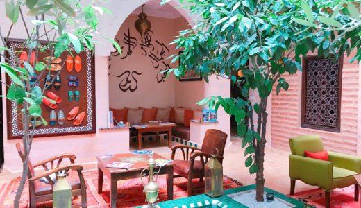 赤い絨毯と植木の緑が合わさった中庭 / マラケシュ / モロッコの写真素材
