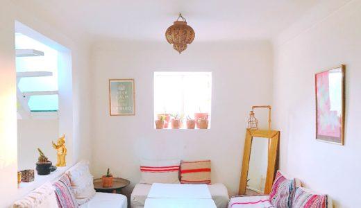白を基調にコーディネートされたカフェ / マラケシュ / モロッコの写真素材