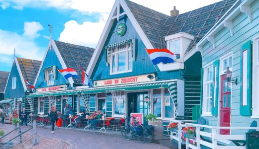 緑色の家が建ち並ぶ港町 / マルケン島 / オランダの写真素材