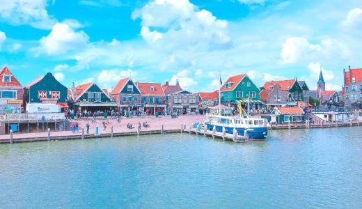 緑色の家が建ち並ぶ港町 / フォーレンダム / オランダの写真素材