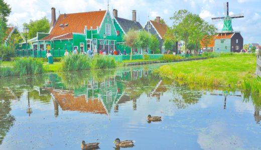 池に映り込んだ街並み / ザーンセスカンス / オランダの写真素材