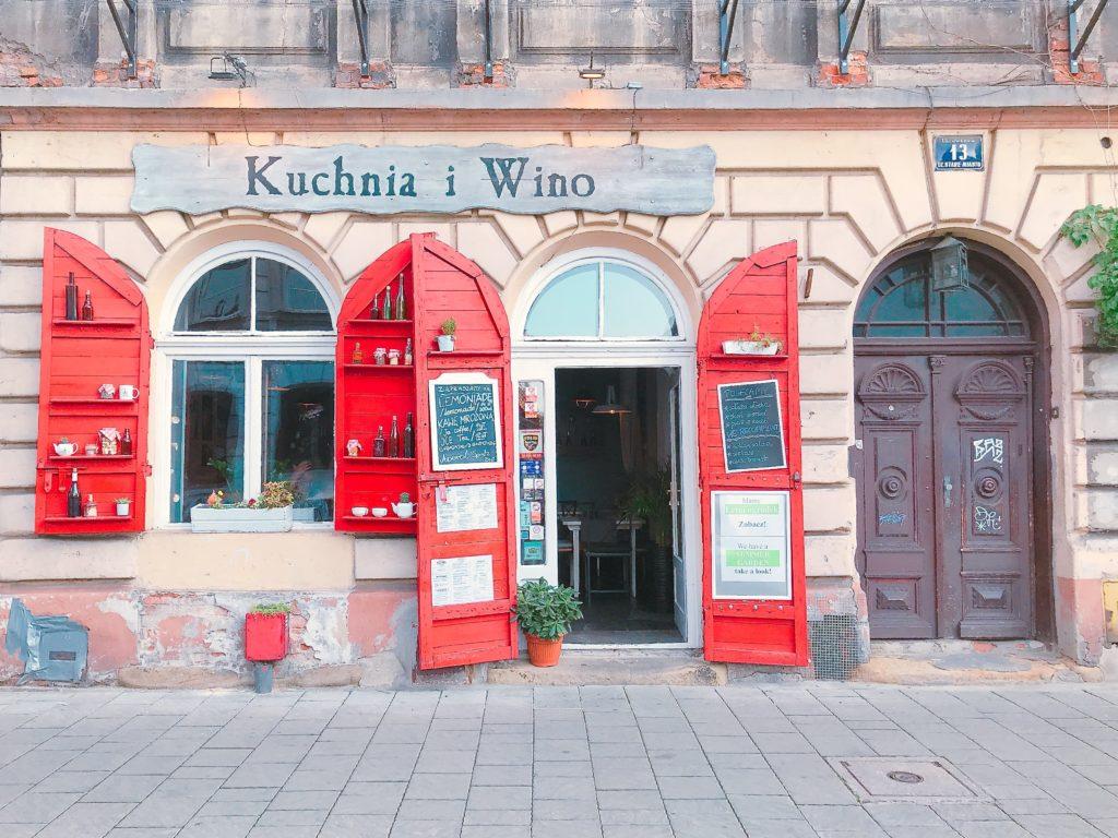 ポーランド クラクフの赤い扉がオシャレなレストラン