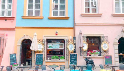 パステルカラーの外観が可愛いカフェ / ワルシャワ / ポーランドの写真素材