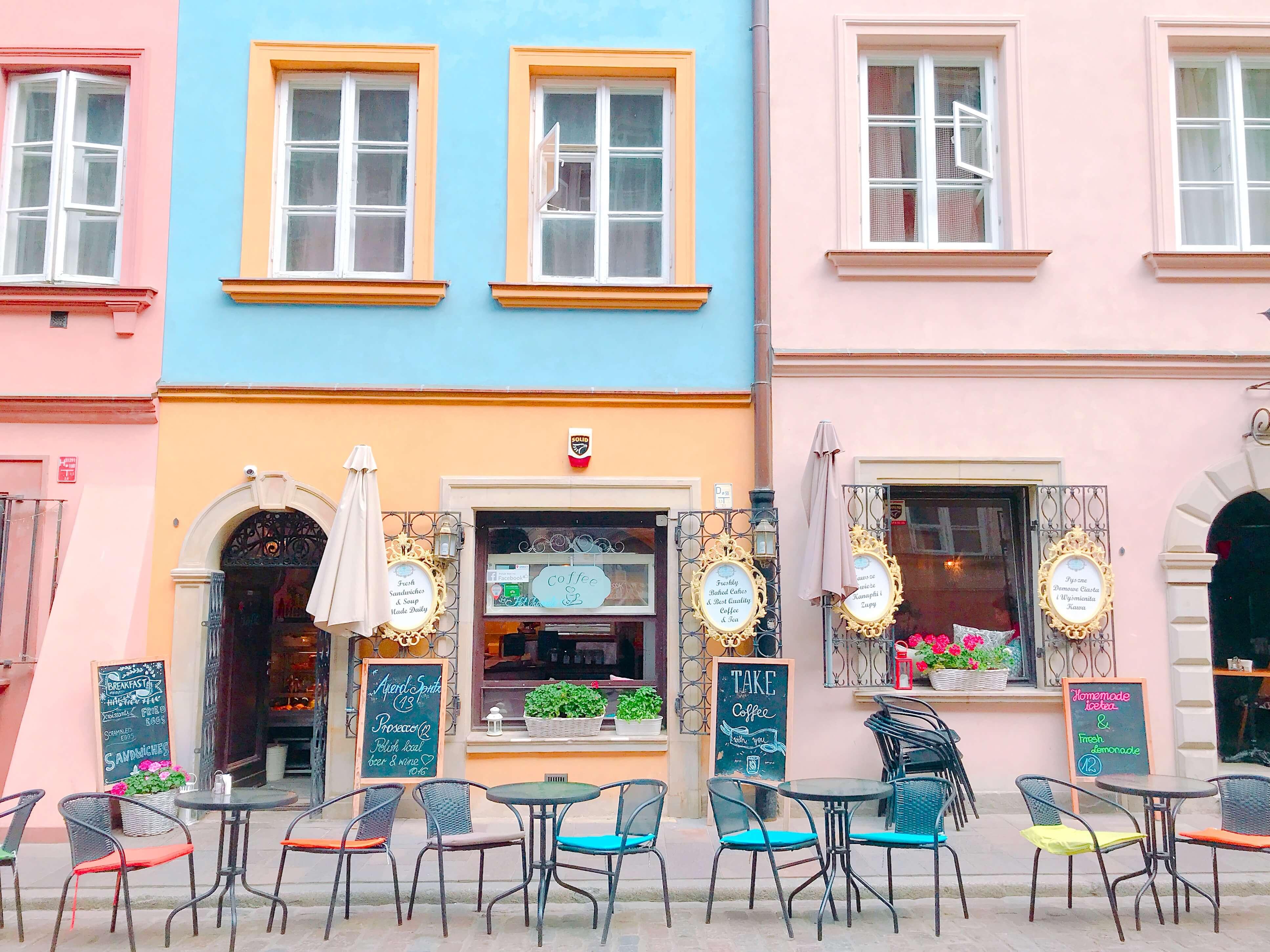 ポーランド ワルシャワのパステルカラーのカフェ