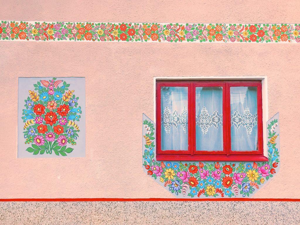 ポーランド ザリピエ村のフラワーペイントの壁