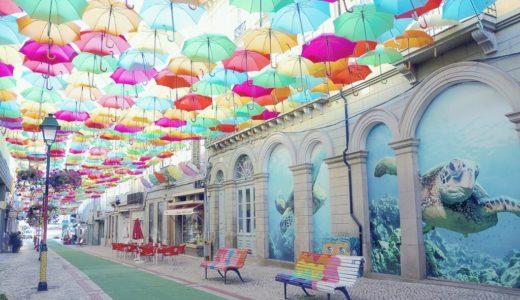 大量の傘が舞うメインストリート / アゲダ / ポルトガルの写真素材